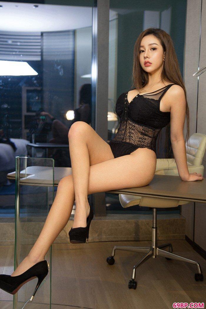 性感御姐Nicole硕大双峰挤爆球衣_中国西西人体艺木正版
