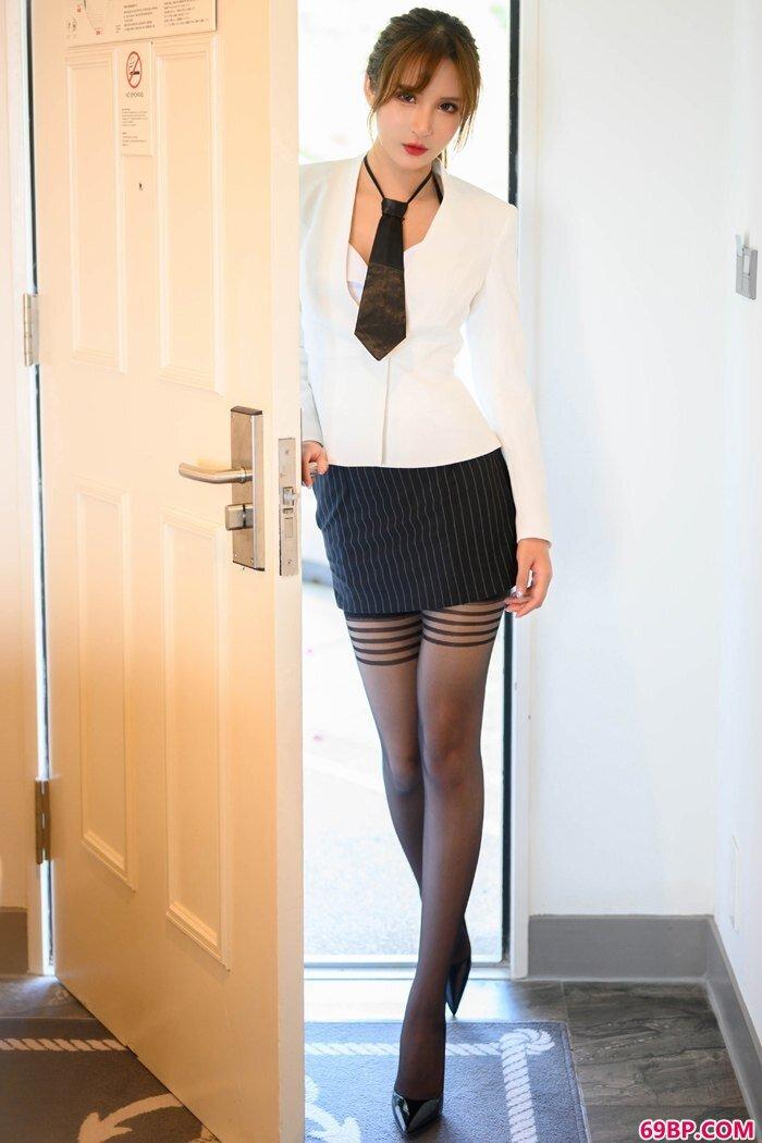 职场女尹菲推门入室上演不一样的风情_gogo女人体高清摄影图箐箐