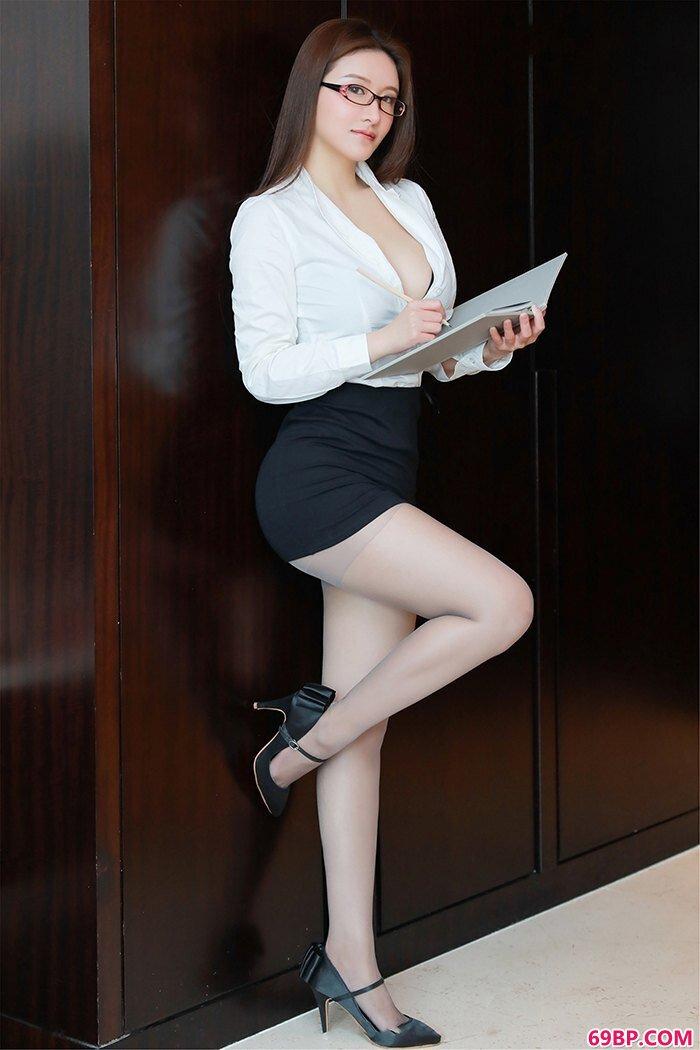 麻辣教师任莹樱丰乳肥臀领口大开_gogo人体大胆艺片