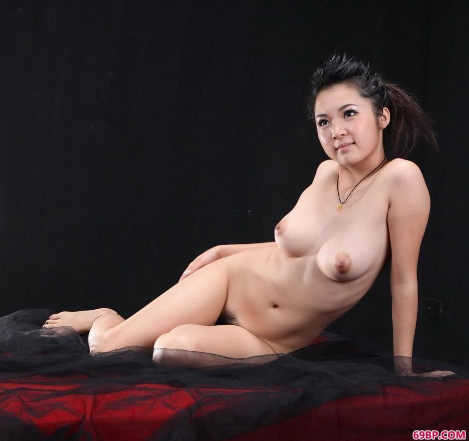靓妹洋娃娃黑室内沙发上的抚媚人体