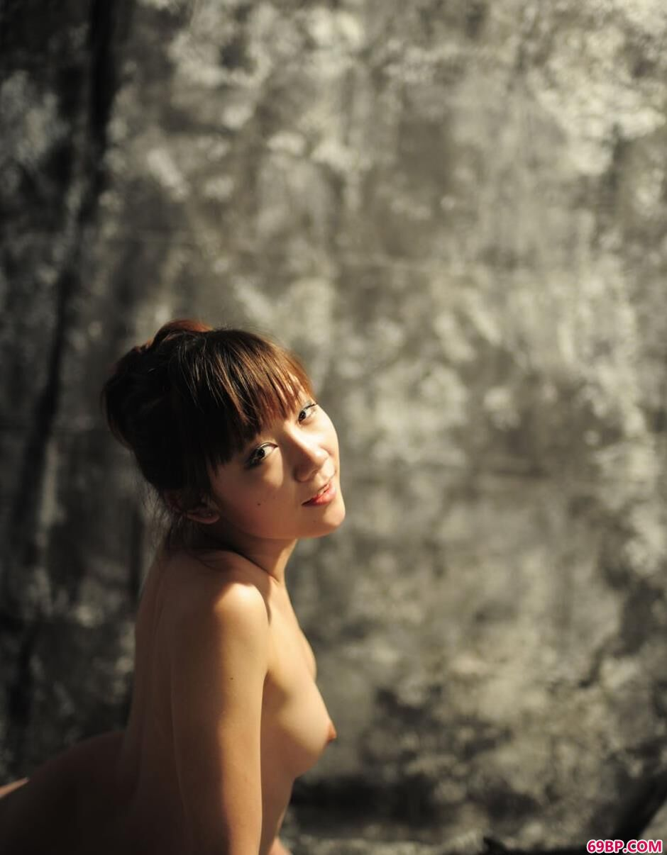 靓妹紫嫣(小铃)写真棚里的清纯人体1