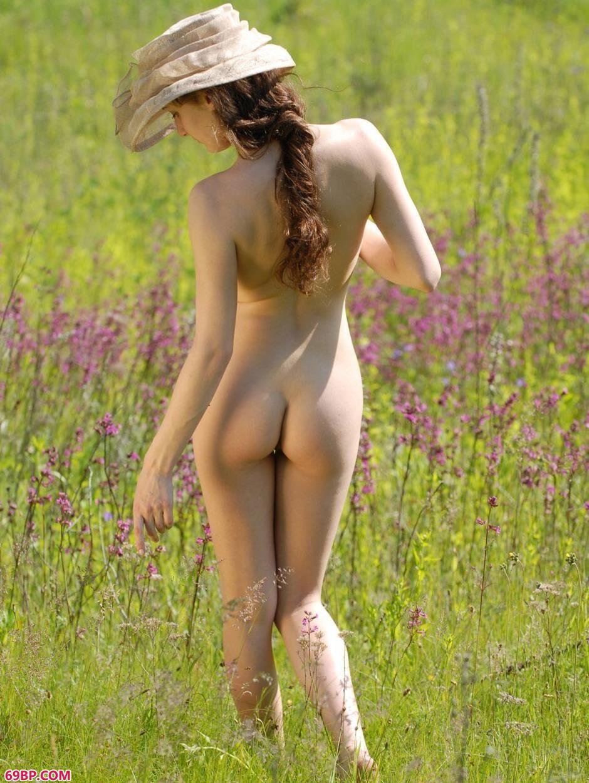 薰衣草园里的超模Alena甜美美体,裸模傲蕾人体艺术摄影