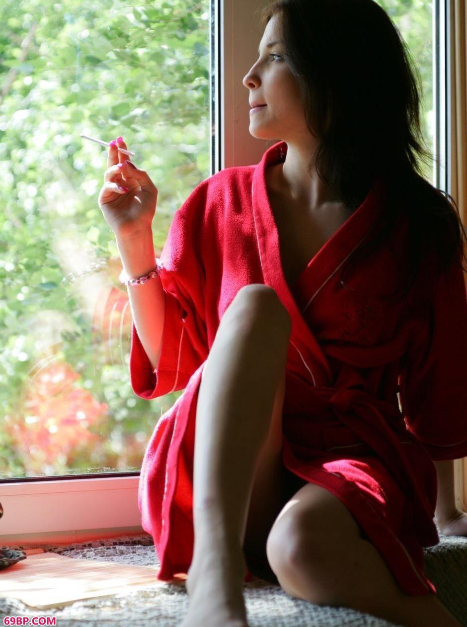 美模Uliana窗户前的妩媚人体_唐僧也疯狂dj