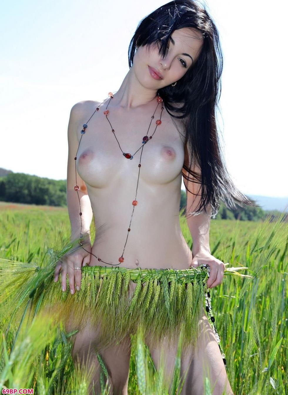 嫩模Melani稻田里的清纯人体_瑞莎写真