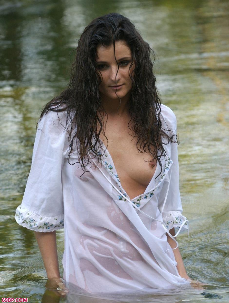 民工把奶头吸的又大又长_美模Marusya小河里的性感人体1