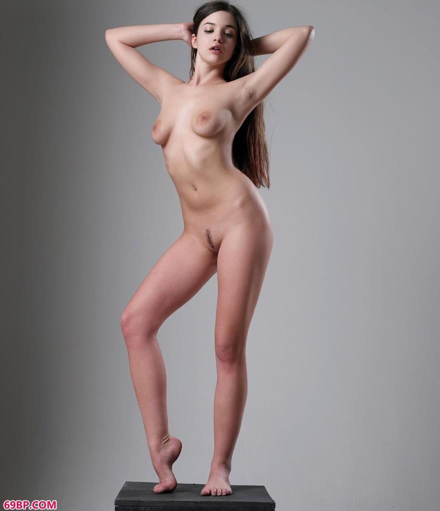 裸模贝蒂高台上的撩人美体