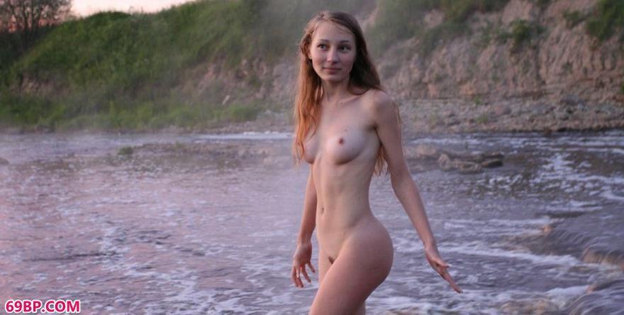 玛莎瀑布中的人体6