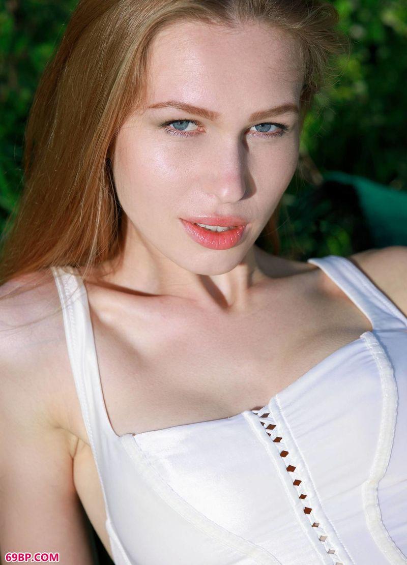 天海翼水光油滑人体照_野餐布上的嫩模Tiffany